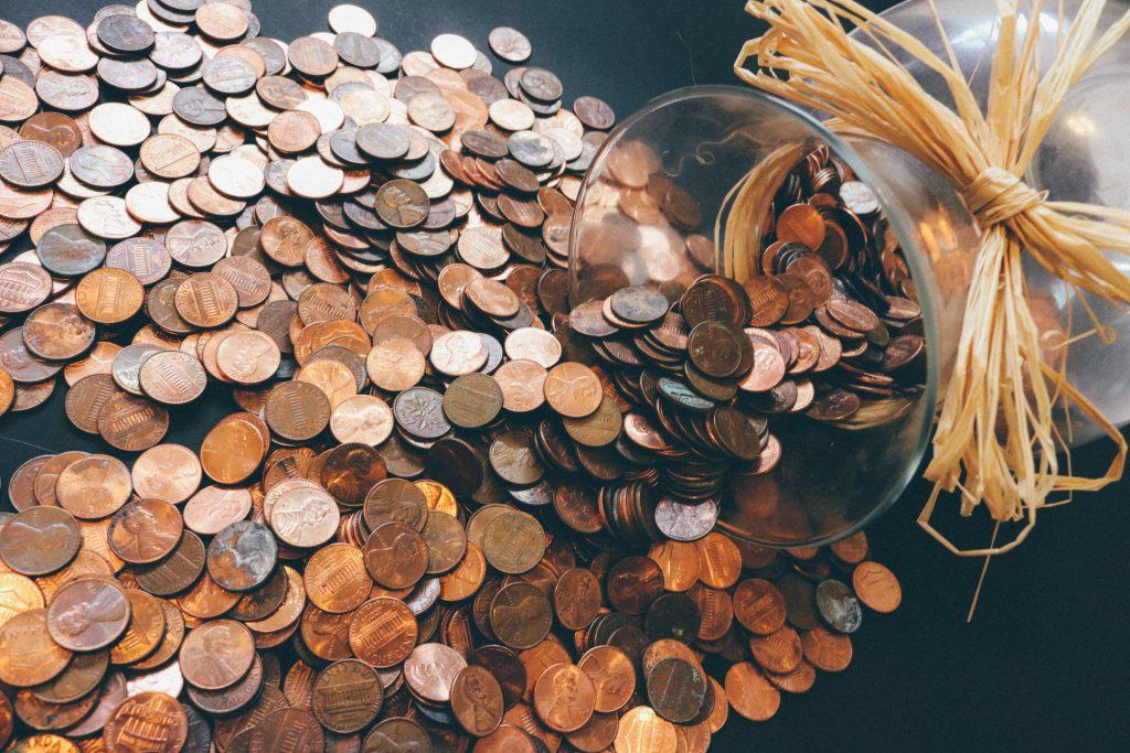 Kupfermünzen im Glas
